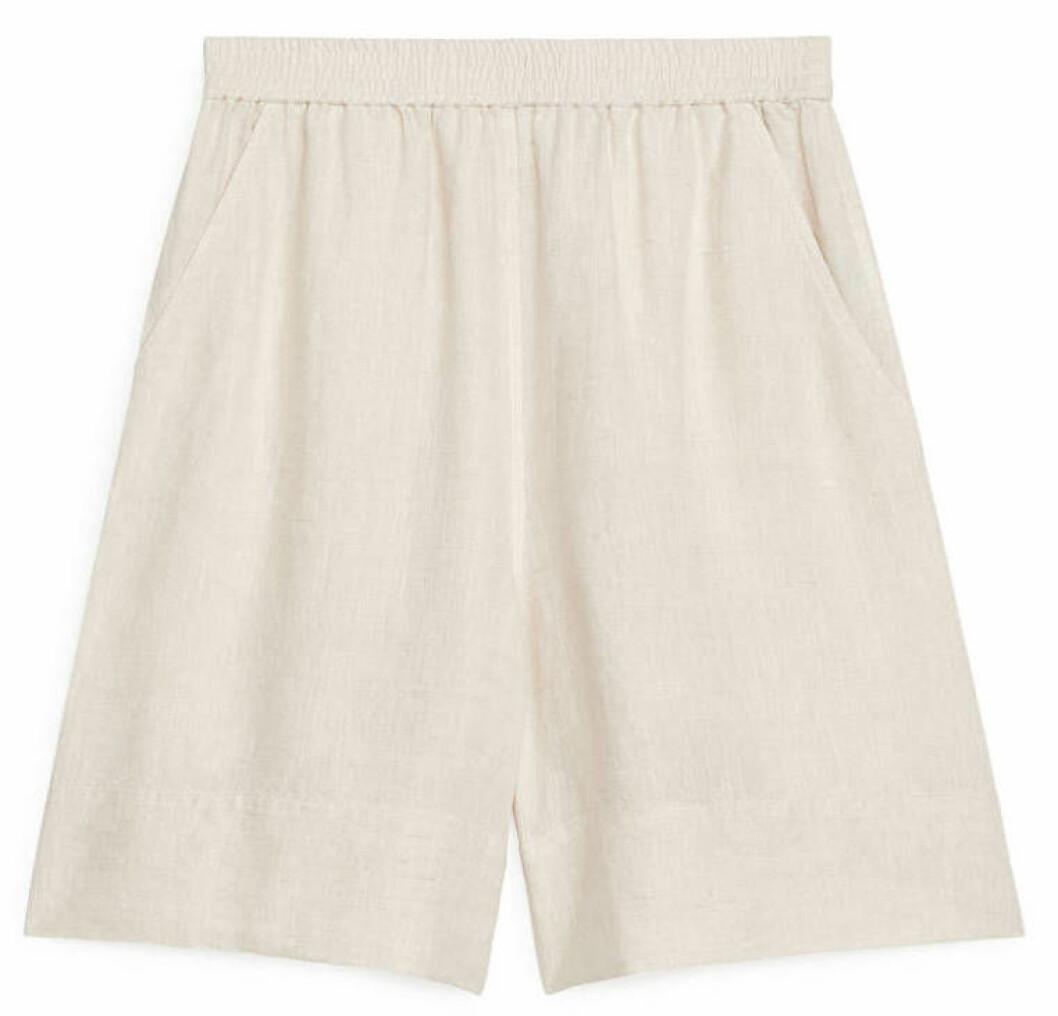 högmidjade shorts från arket i linne.