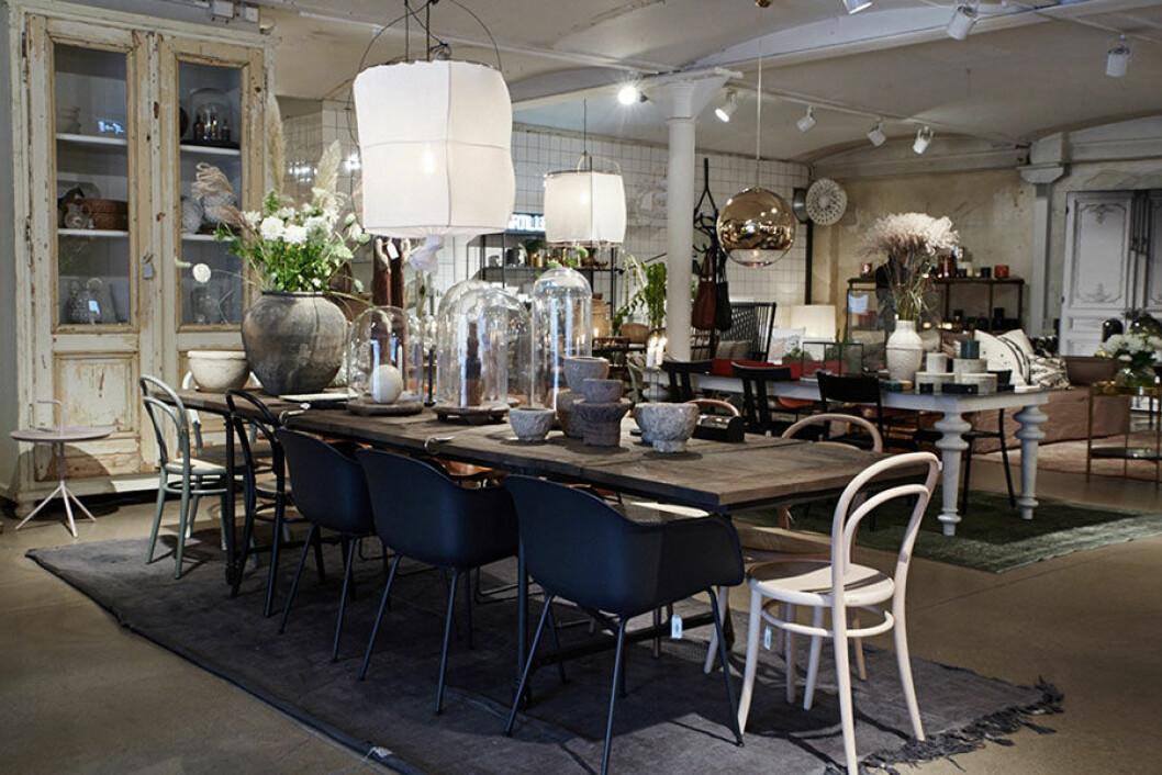 Massiva träbord och rustika detaljer hos Artilleriet The Kitchen.
