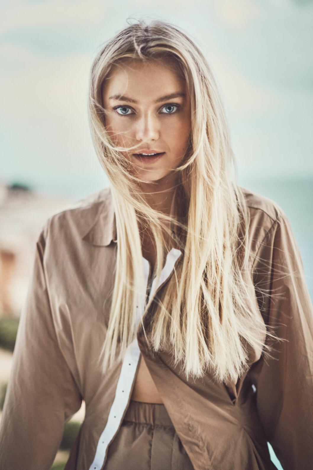 Astrid S i brun skjorta