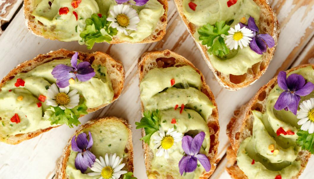 Strössla ätbara blommor på mackan!