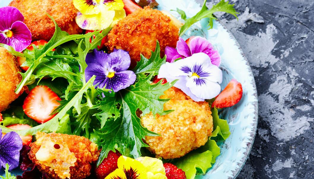 Dekorera maten med ätbara blommor.