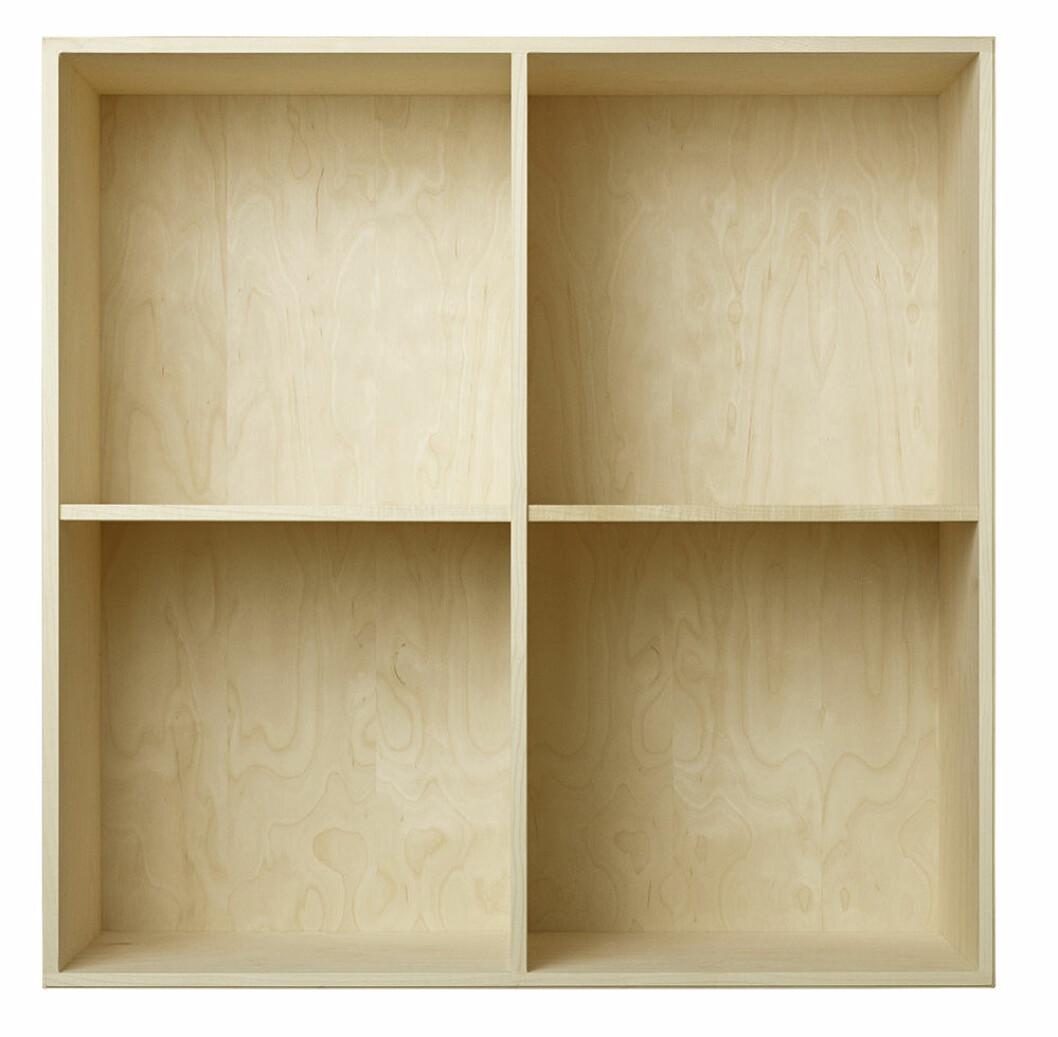 bokhylla i trä från atbo