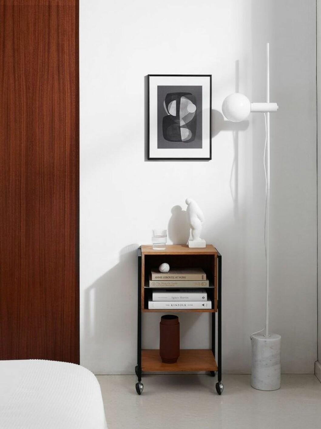 Vitt, brunt och svart är en klassisk färgskala för ett sovrum emd hotellkänsla