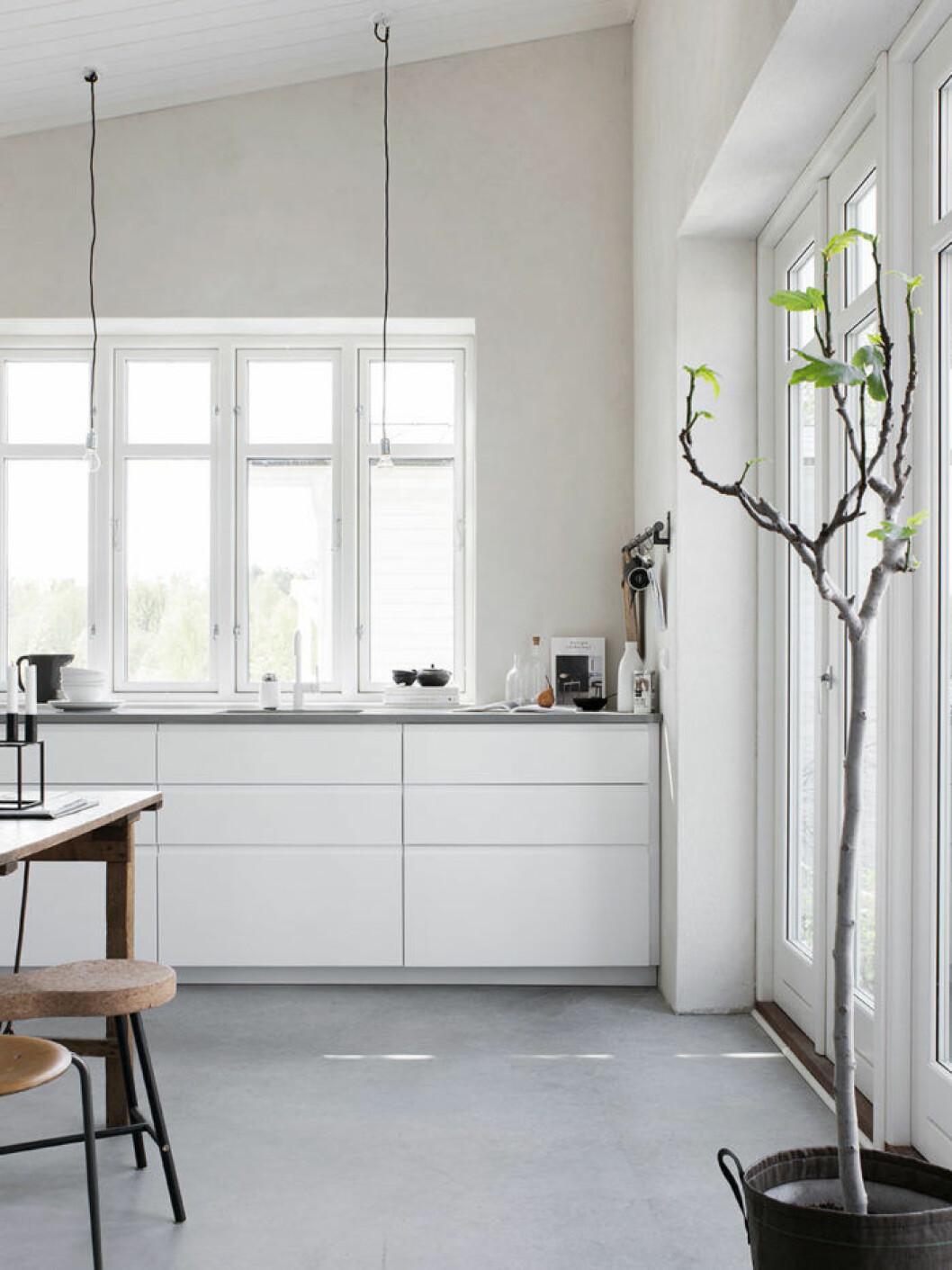Köket är IKEAs Voxtorp med infällda grepplister för ett minimalistiskt uttryck.