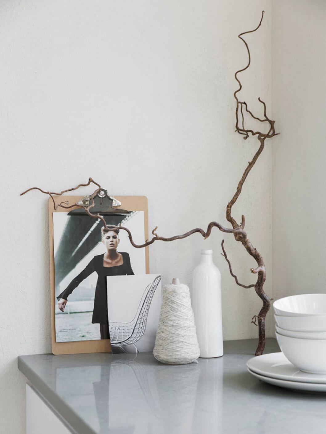 Inspirationsbilder och diverse inredningsdetaljer bildar stilleben på bänken.