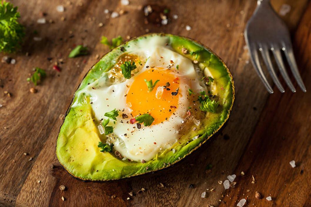 Gör avokado med ägg i ugnen.