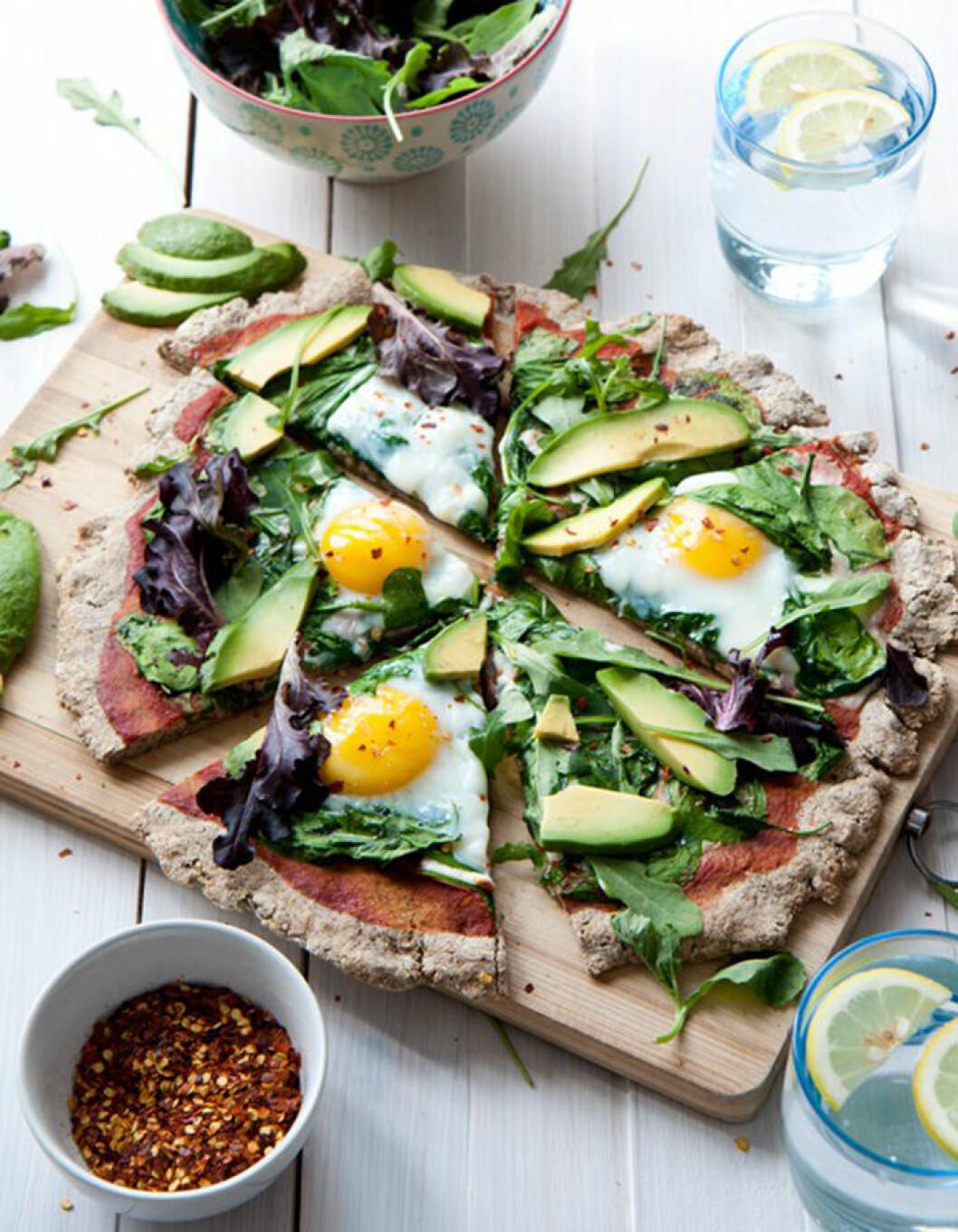 Frukostpizza med avokado och ägg.