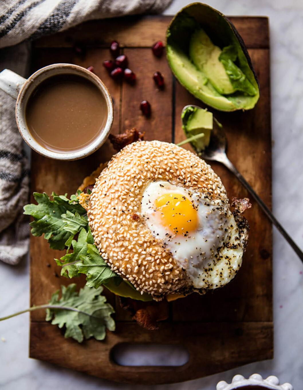 Äggfylld bagel med avokado.