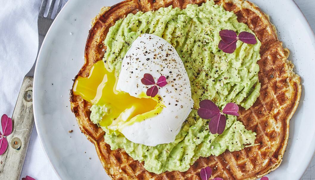 Supergod avokado- och våffeltoast med pocherat ägg.