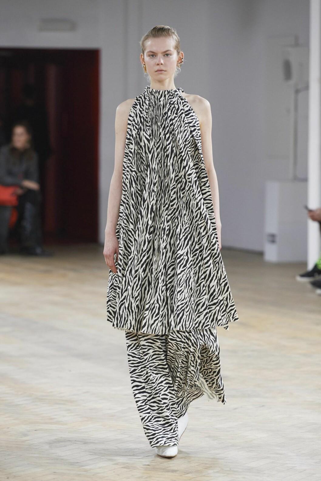 Zebramönstrad klänning med tillhörande byxor