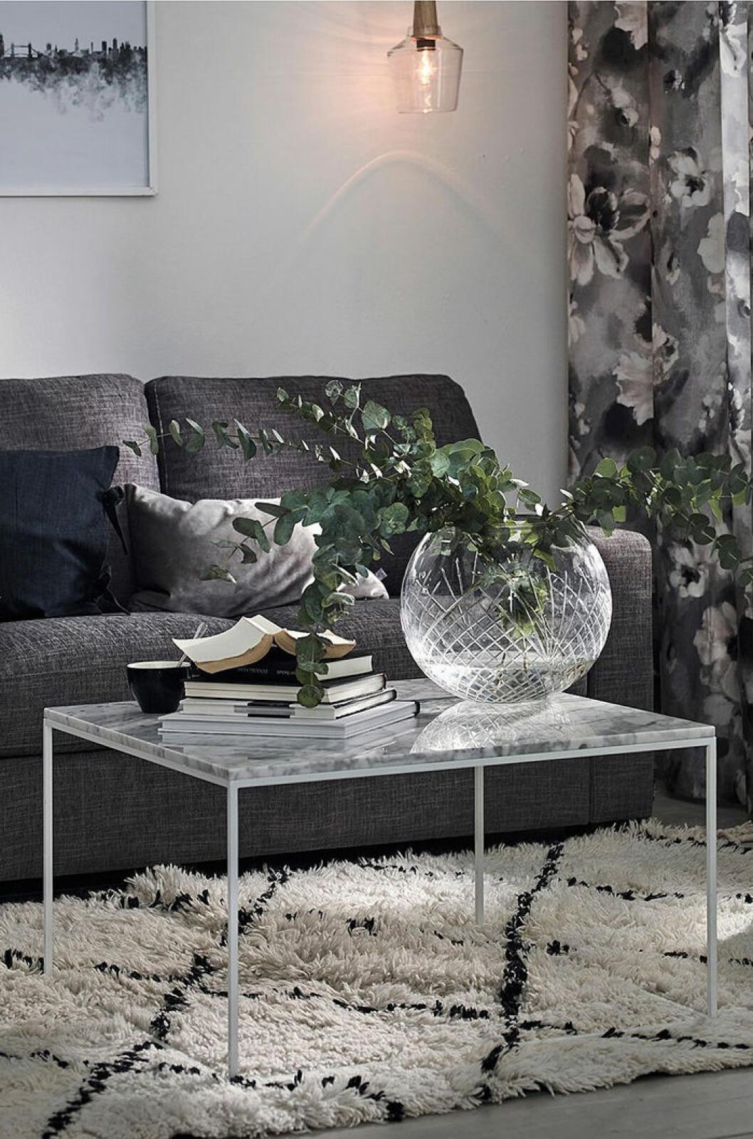 Rektangulärt soffbord med smala ben