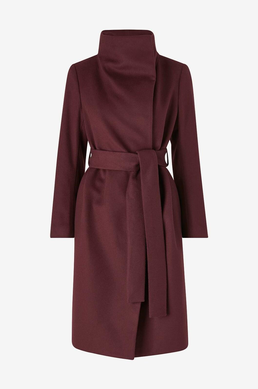 Vinröd kappa i modern siluett gjord i en blandning av mjuk ull- och kashmir. Från Tiger of Sweden via Ellos.