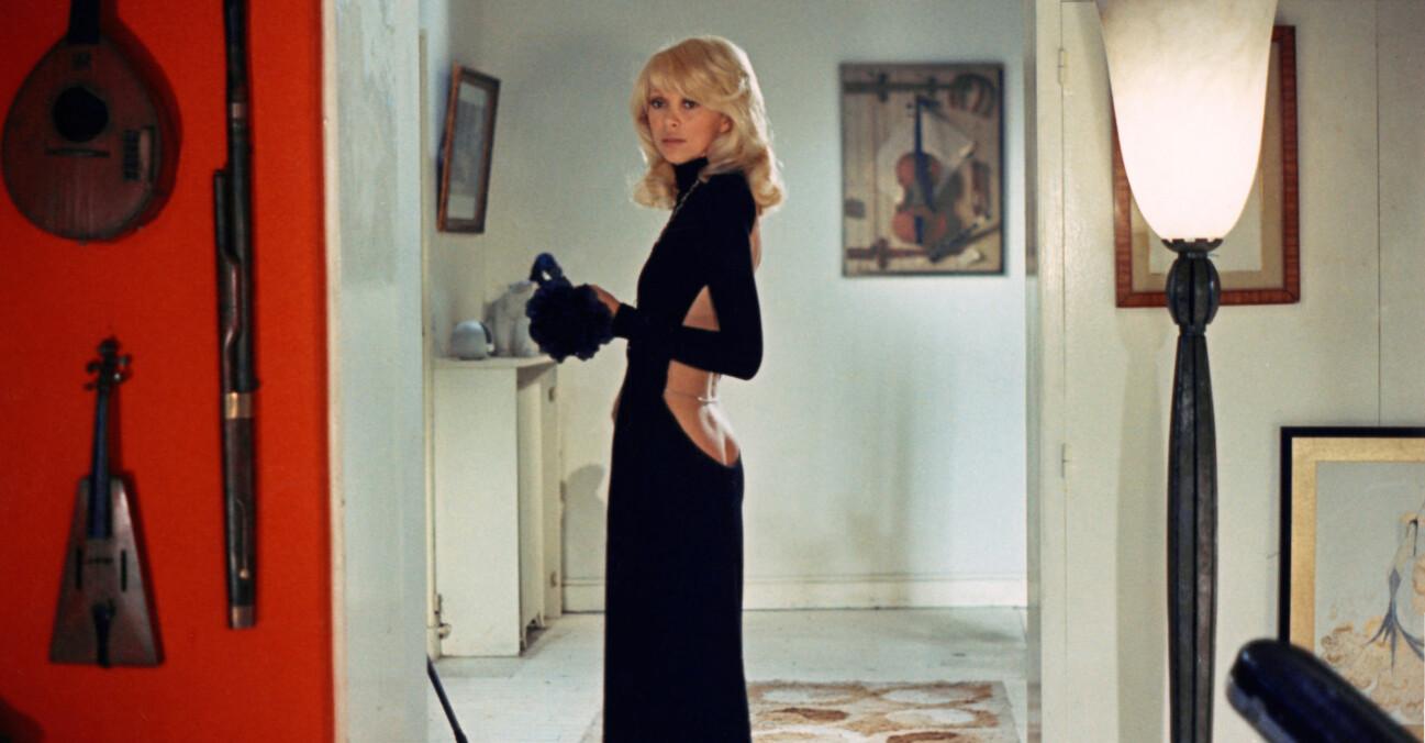 Trendig svart klänning med djup rygg.