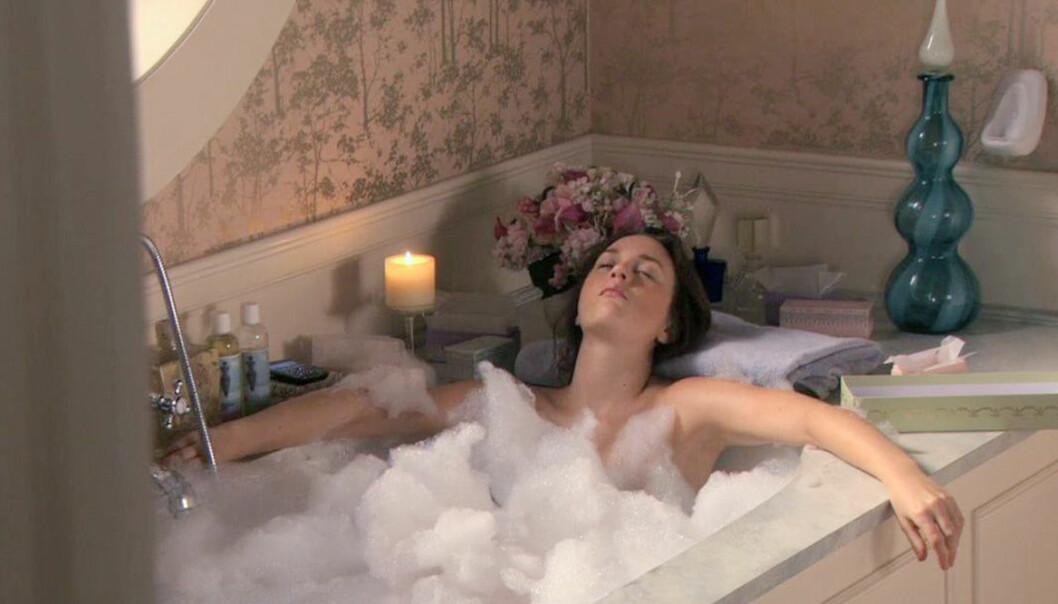 En tjej från Gossip girl ligger i ett badkar
