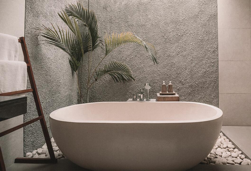 Badkar i rofylld, spa-inspirerad miljö