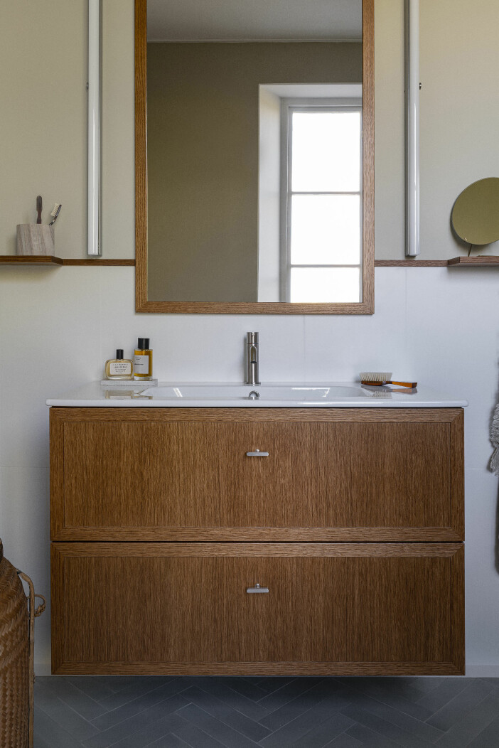badrum med kommod i trä från kvänum