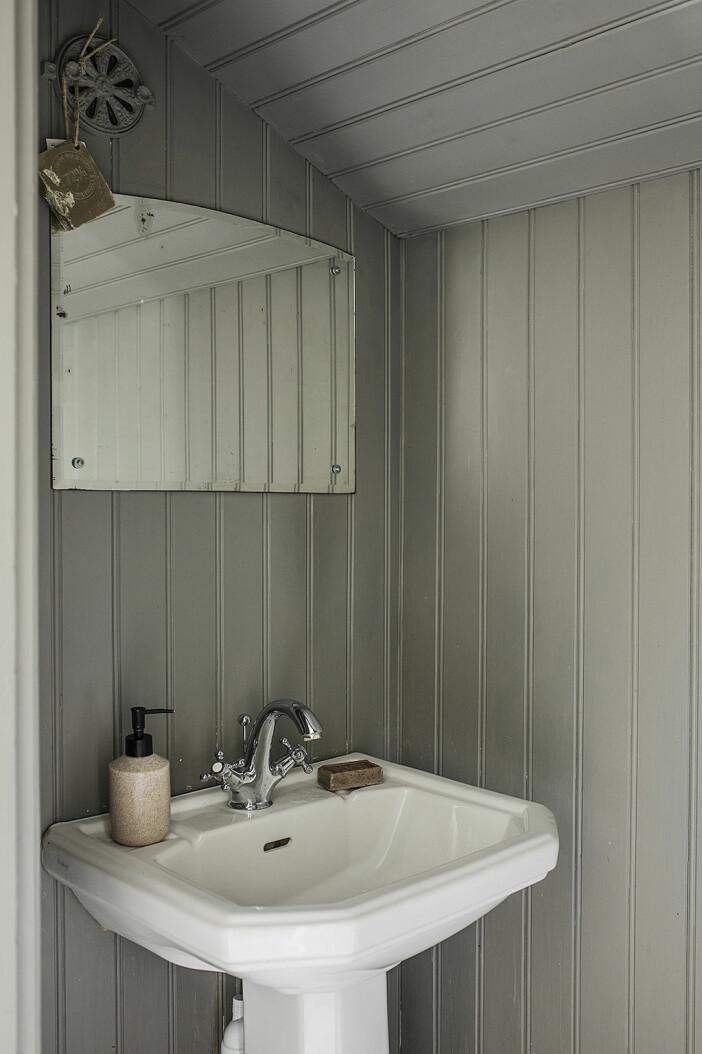 badrum med träpaneler på väggarna