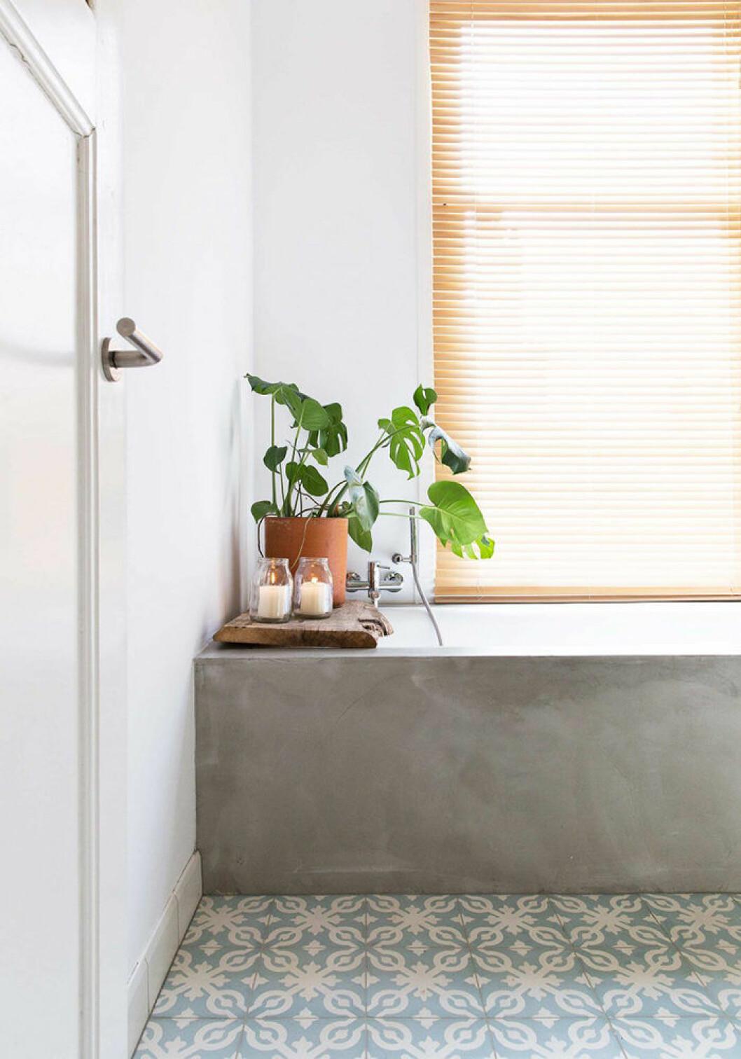 Ställ en växt vid badkaret.
