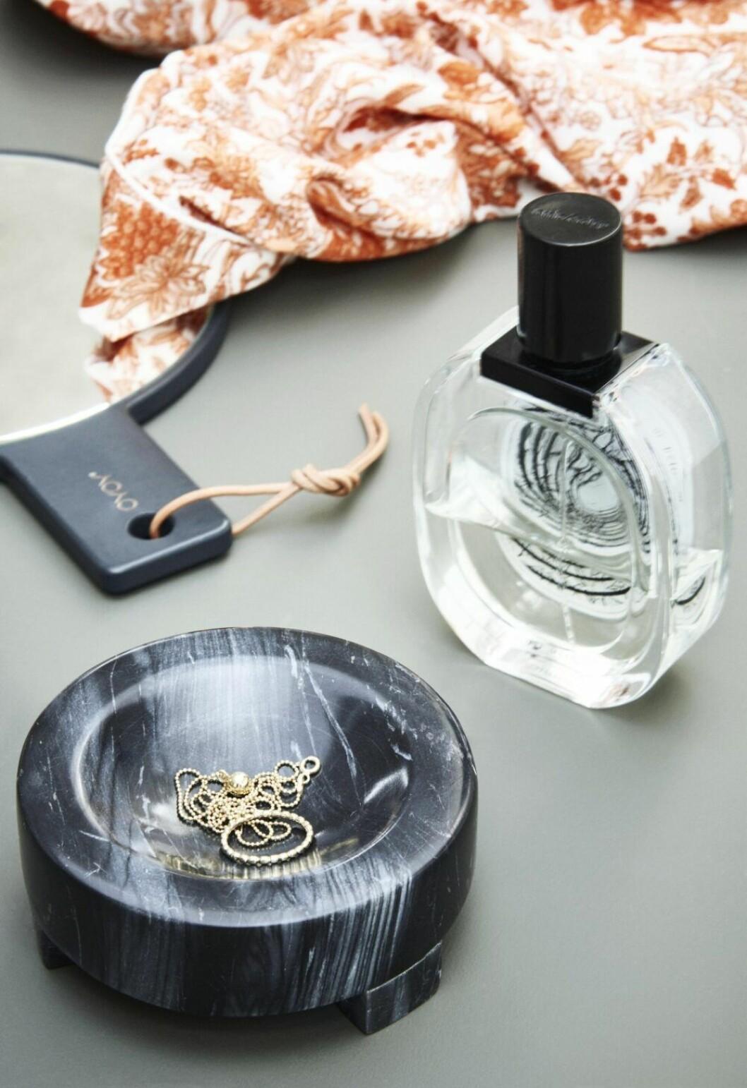 Visa upp fina smycken i en skål i badrummet
