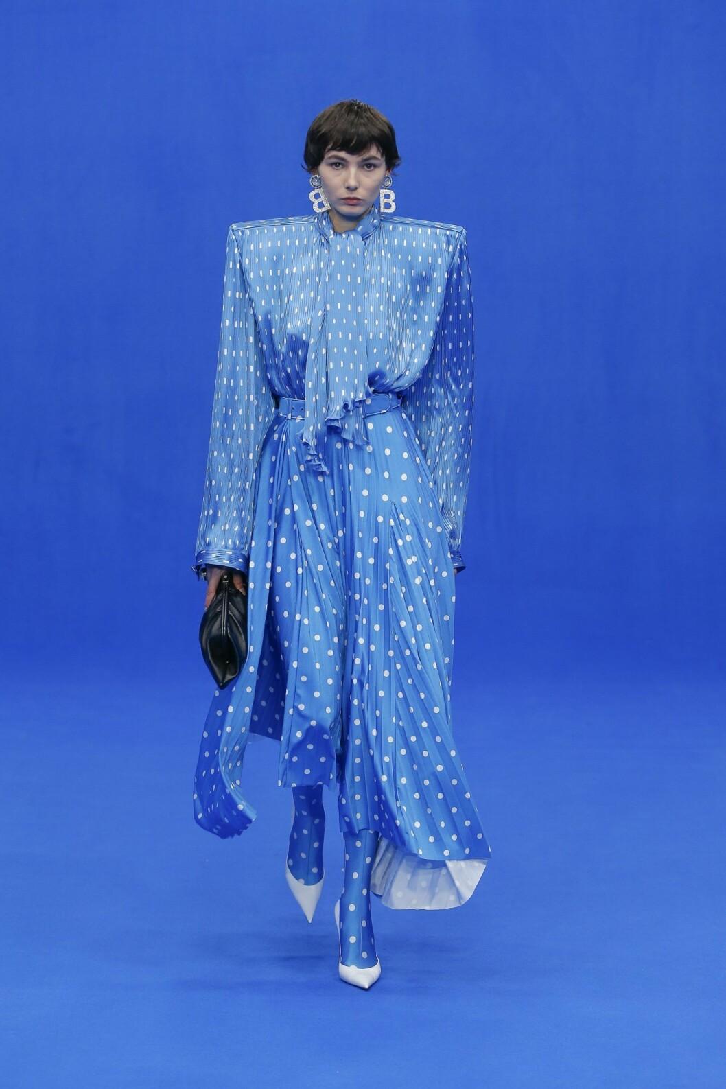 Blått är en stor trendfärg i sommar. Balenciaga visar vägen!