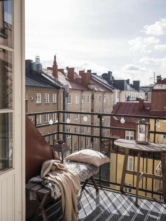 Inred balkongen stilrent med ljuskällor