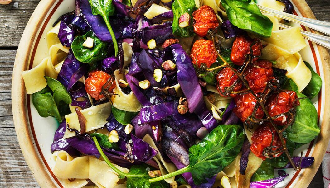 Bandpasta med röd spetskål, spenat och tomater.