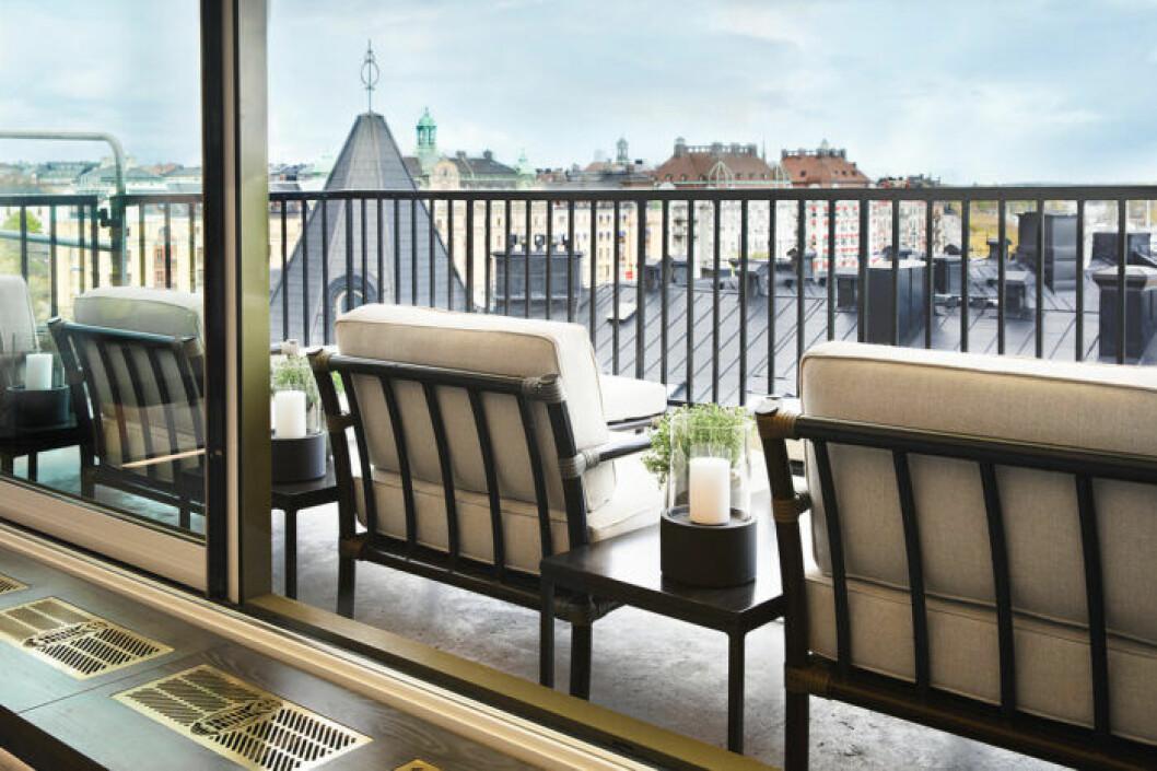 Terrassen har en fantastisk utsikt över Strandvägen och Nybroviken.