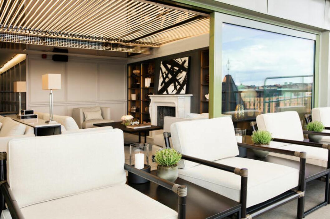 Slå dig ner på terrassen eller mingla i baren.
