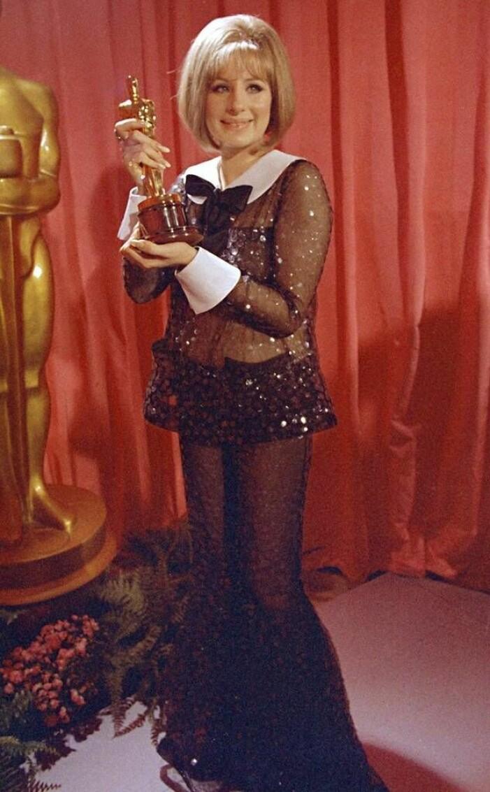 Barbara Streisand tar emot Oscar i paljettkostym