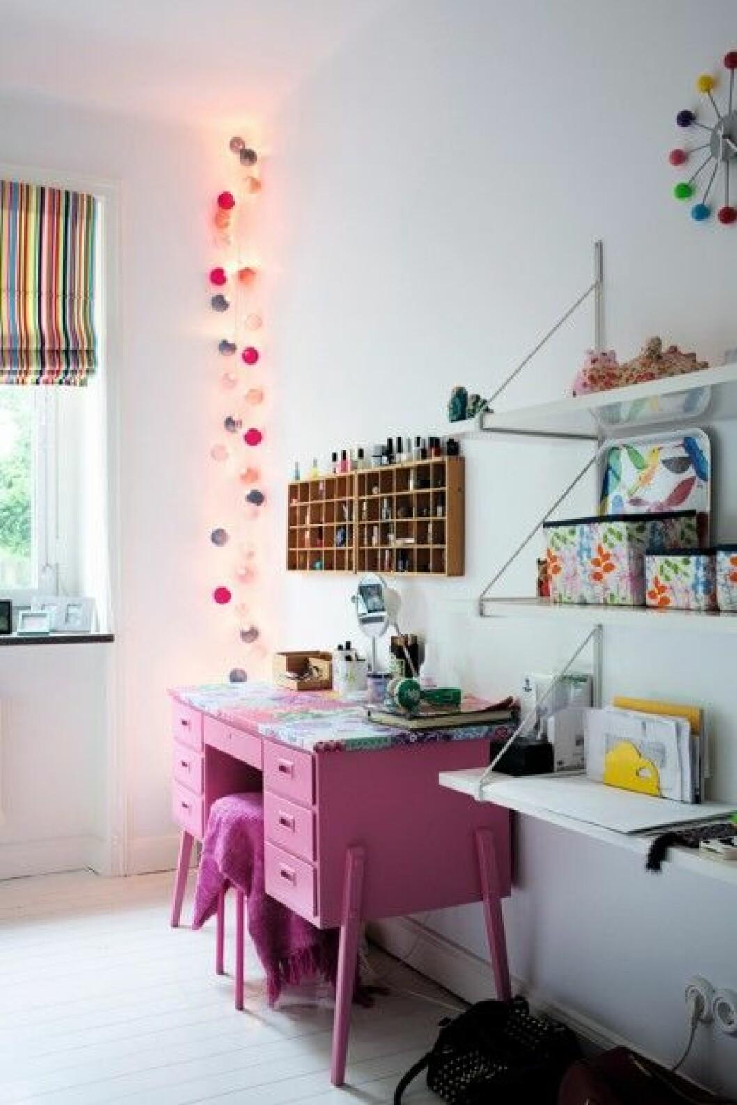 barnrum fargglad inspiration rosa skrivbord ljusslinga