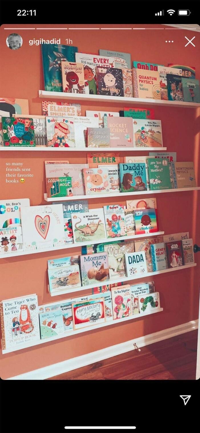 vägg med böcker