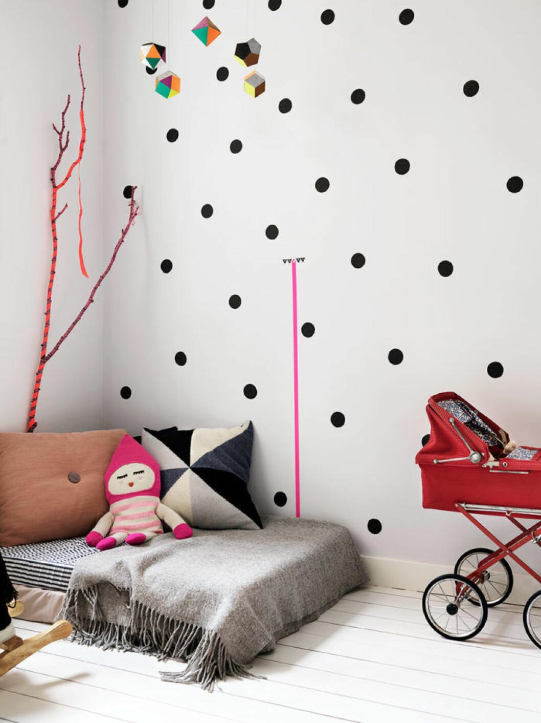 Barnrum med prickig vägg