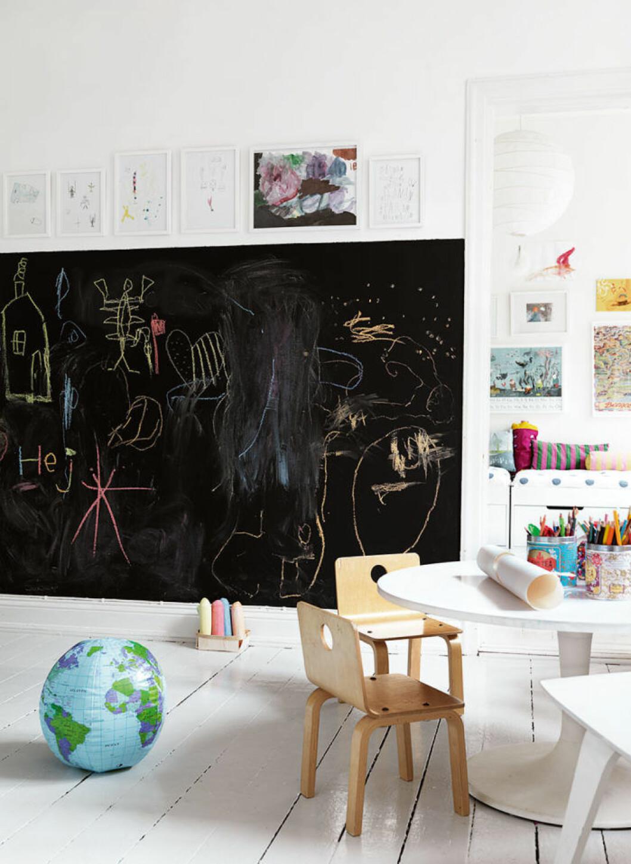 Barnrum med vägg som är målad med griffelfärg