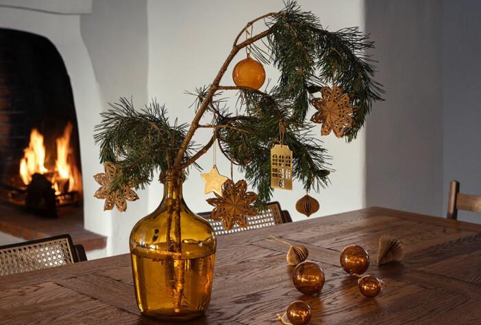 bärnstensfärgat glas och juldekorationer i papper