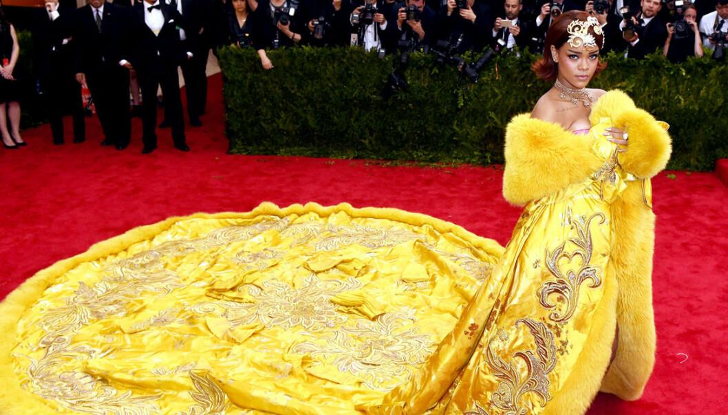 Rihanna i gul klänning