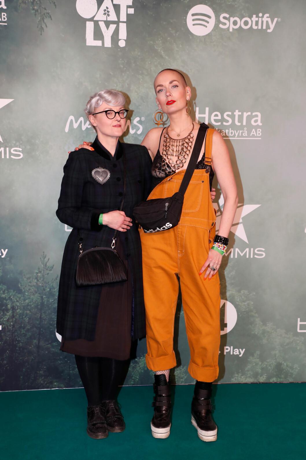 Bea Szenfeld och Sanna Bråding på röda mattan på Grammisgalan 2020