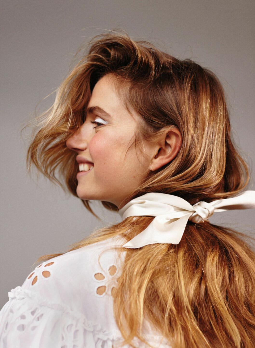 Utsläppt hår med en scarf löst knuten runt halsen blir både snyggt och stilrent