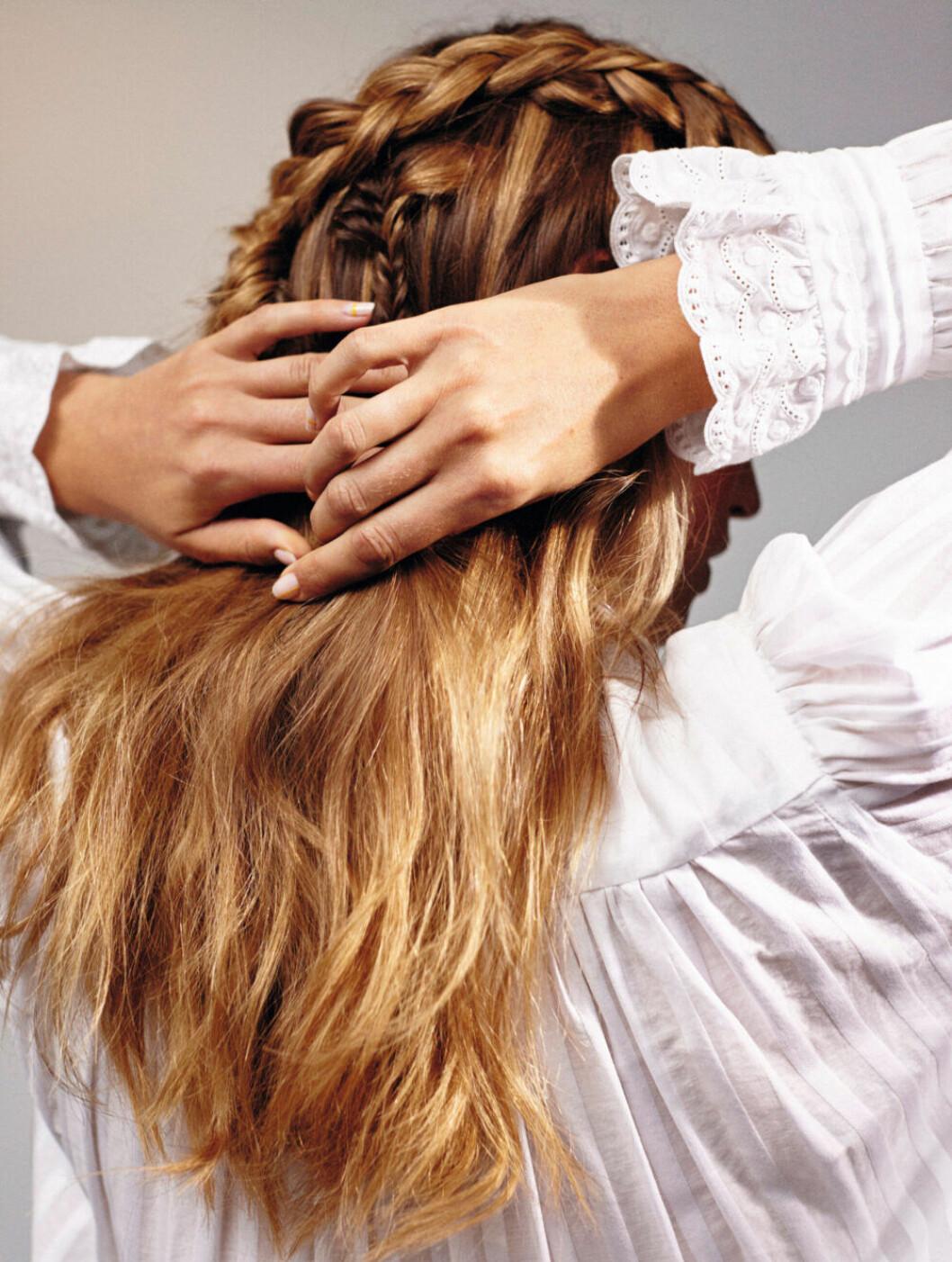 Utsläppt hår med små bohemiska flätor är trendigt i vår