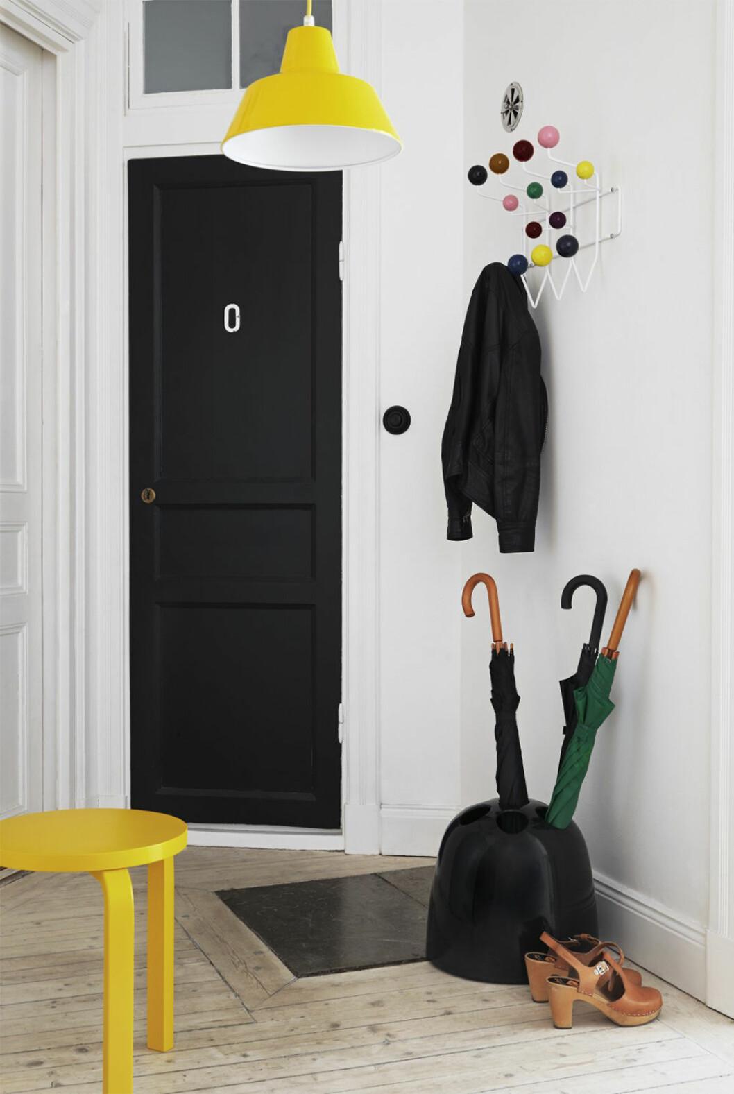 Gul pall och gul lampa i hall