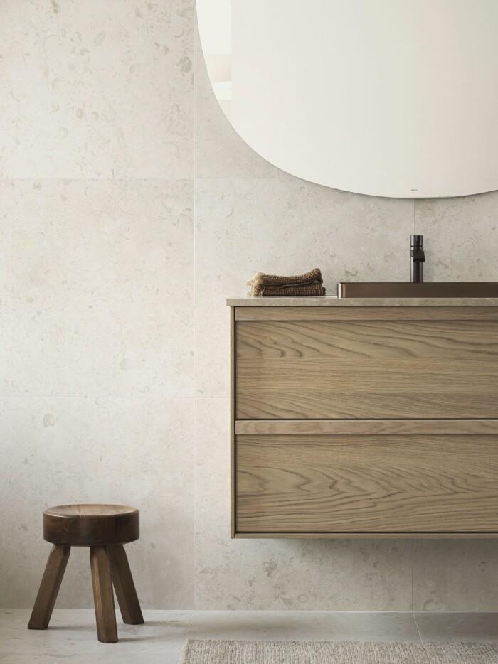 beige badrum med detaljer i trä