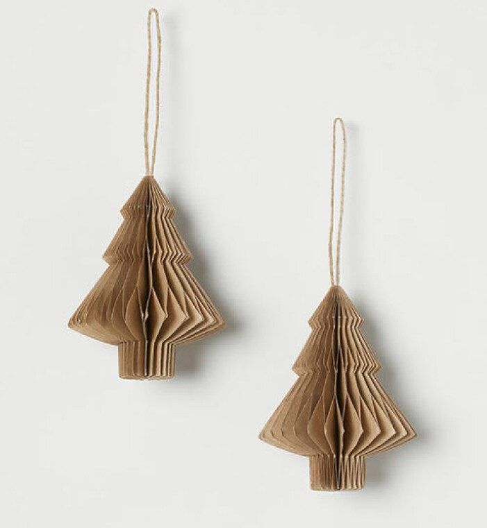 Beige julkulor i papper i form av granar, H&M Home