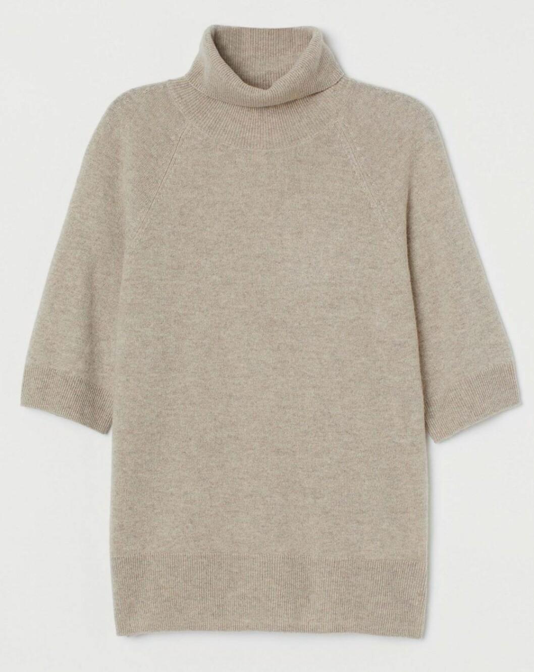 Kortärmad sandfärgad polotröja i kashmir från H&M.