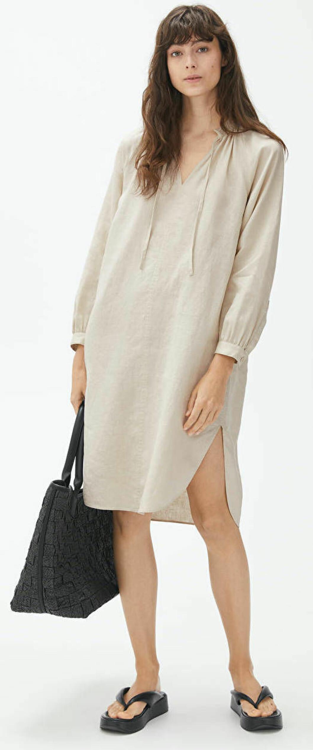 Beige linneklänning i oversized skjortmodell från Arket.
