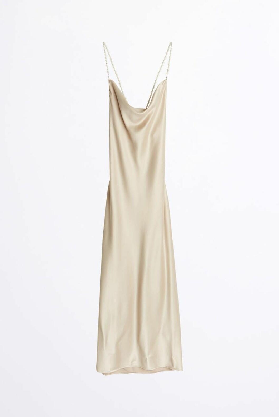 slipklänning i beige från Gina tricot.