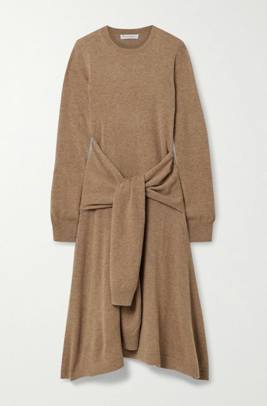Stickad klänning med knytdetalj från JW Andersson