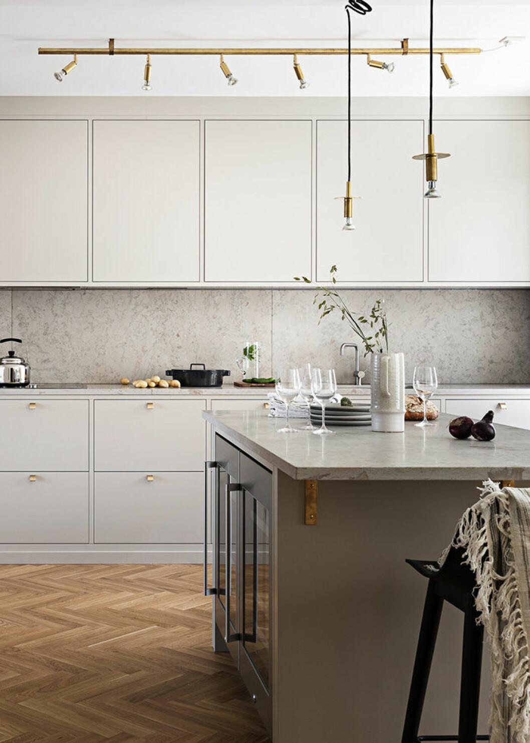 Arbetsbelysning ovanför köksön och -bänken är viktigt