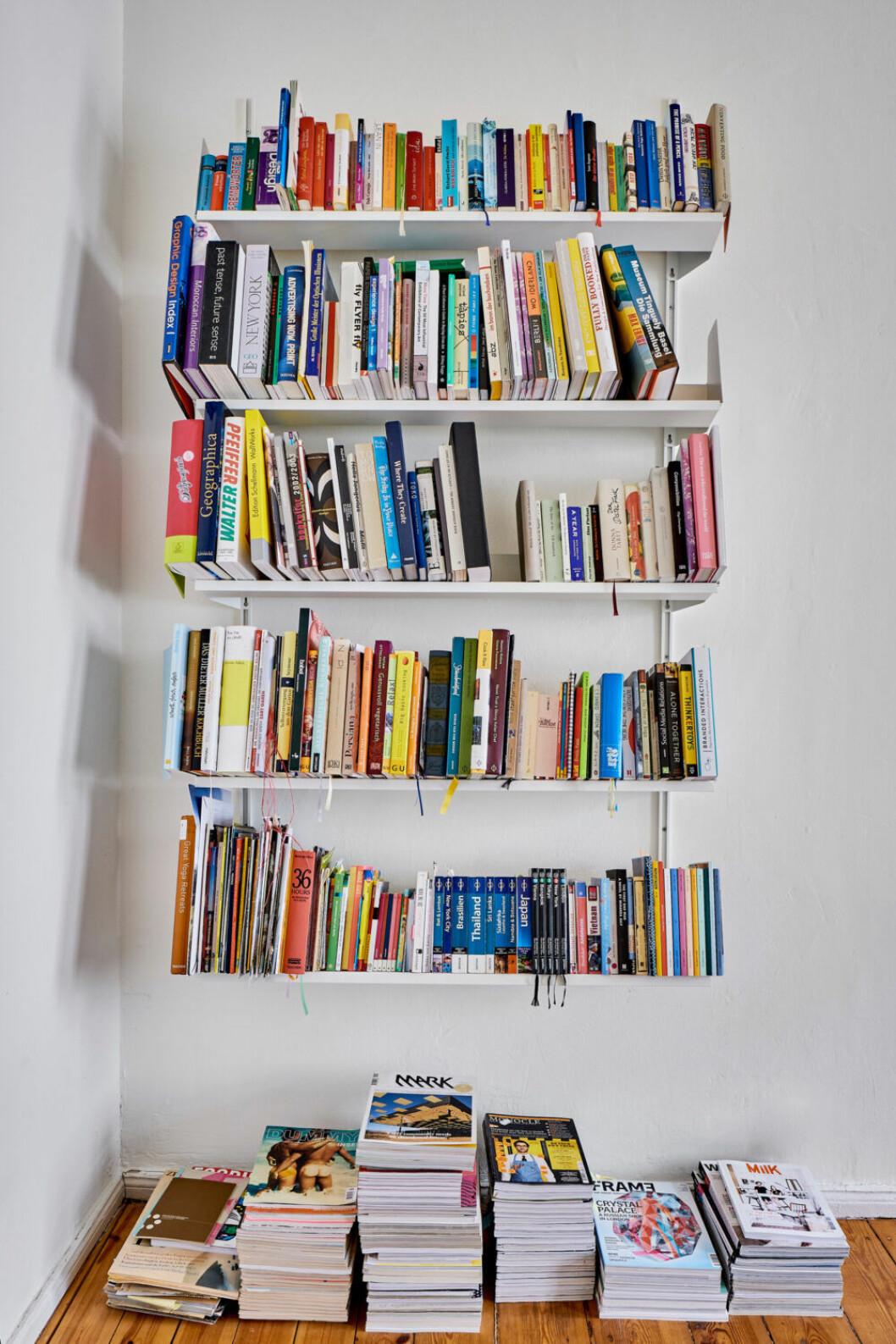 Böcker utgör en stor del av inredningen i hemmet i Berlin