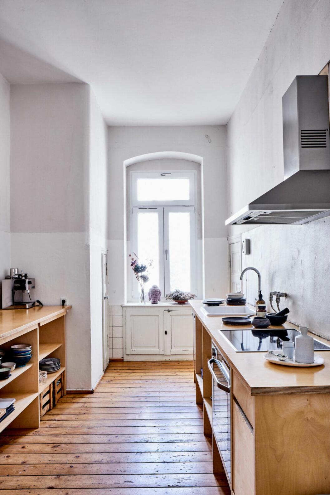 Köket går i vita toner med tydliga kontraster mellan rått och välpolerat i östra Berlin