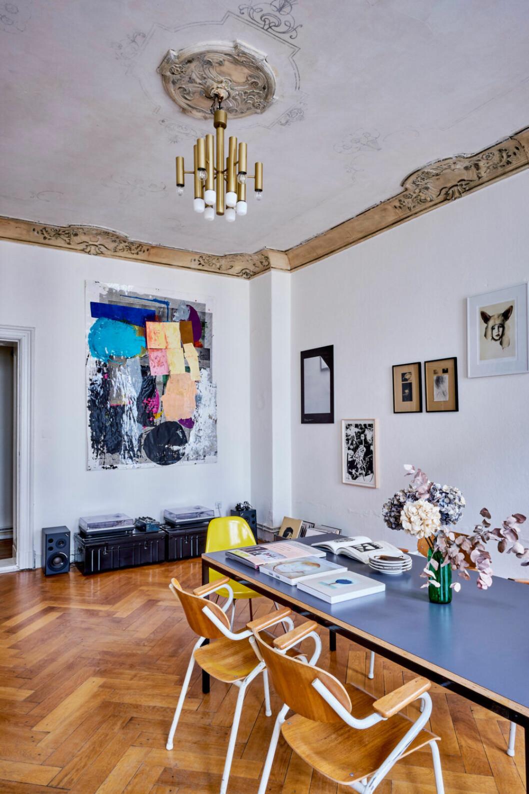 Vintagebelysning och färgstark konst prydder väggarna i östra Berlin