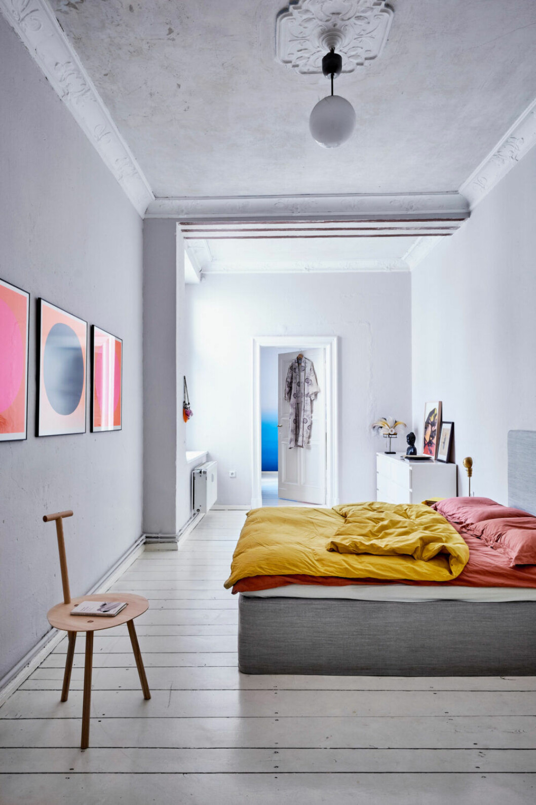 Sovrummet går i ljusgråa toner med säng från Coco-Mat